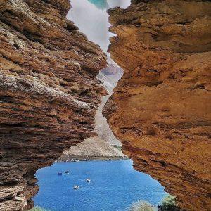 بند امیر در دل صخره ها قرار دارد